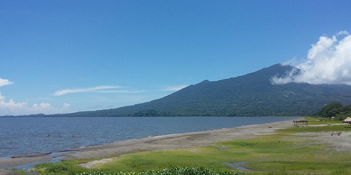 Isla de ometepe la mayor isla del mundo en un lago de for Piletas de agua salada en zona sur