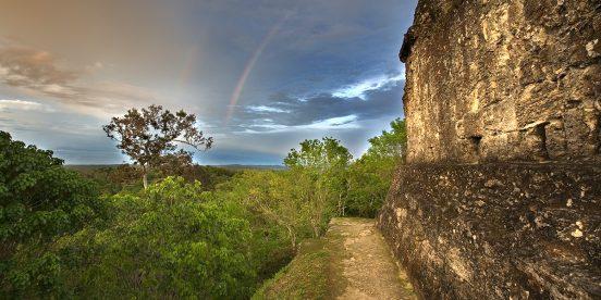 El Parque Nacional Yaxha está situado en la parte noreste del departamento de Petén, en los municipios de Flores y Melchor de Mencos. Fue la capital de un extenso territorio que dominó la parte noreste de Petén, aunque tuvo vínculos muy fuertes con la ciudad de Tikal, Caracol, en Belice, y Calakmul en México. Posee conjuntos monumentales con templos piramidales, Acrópolis, complejos de pirámides gemelas, complejos conmemorativos, Juegos de Pelota, palacios y conjuntos residenciales domésticos. El Parque tiene una extensión de 37,760 ha. En el parque existen numerosas ciudades, siendo las principales además de Yaxha, Topoxte, Nakum y Naranjo; las cuales jugaron un papel muy importante en la organización social y política de las tierras bajas centrales durante más de 1,500 años. Es posible visitar las tres primeras ciudades, siendo Yaxhá la más accesible y desde donde puede iniciar la visita al parque. El parque es un refugio que permite apreciar una combinación equilibrada de biodiversidad y patrimonio cultural prehispánico. Debido a la presencia de impresionantes lagunas y humedales que forman parte de las principales rutas de aves migratorias, el parque ha sido reconocido como humedal de importancia mundial (RAMSAR). Las lagunas de Yaxhá y Sacnab pueden observarse desde la cima de varios monumentos arqueológicos, dándole al área una singular belleza paisajística.